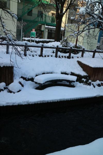 ベンチに積もった雪