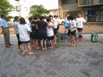 打ち水に参加の女の子たち
