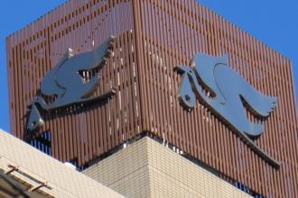 マンション最上部の「コウノトリ」のロゴマーク