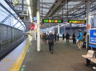 夕方の横須賀線武蔵小杉駅ホーム