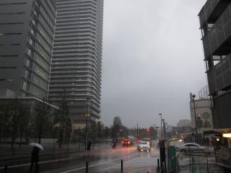 風雨にさらされる横須賀線武蔵小杉駅前