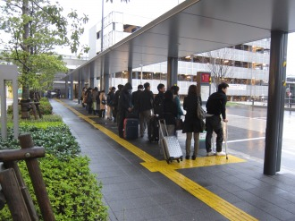 ロータリーのタクシー待ちの行列