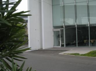 建物左側の扉