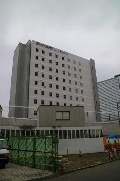 工事中の上丸子跨線橋(手前)と「スーパーホテルLohas武蔵小杉駅前」