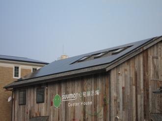 屋根の太陽光発電パネル
