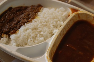 「KOSUGI CURRY」の「オリジナルチキンと春野菜のBBQカレーあいがけ」