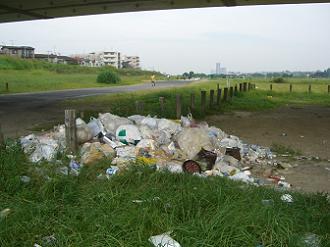 多摩川緑地に捨てられたゴミ