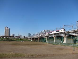 多摩川を渡る成田エクスプレス