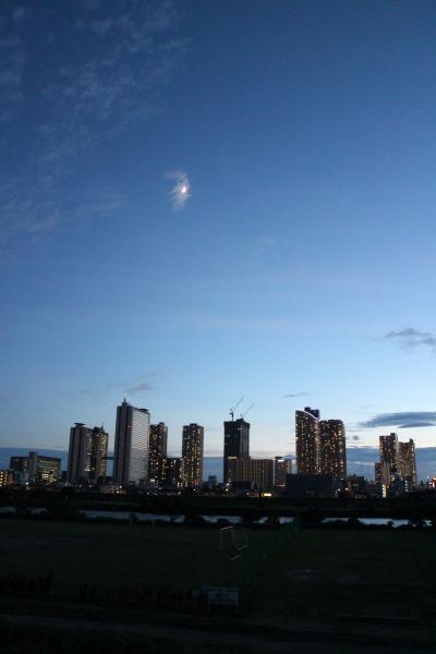 武蔵小杉の高層ビル群と、上空の月