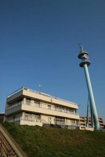河川敷から見た京浜河川事務所