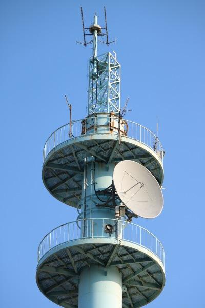 鉄塔最上部の通信機器とカメラ