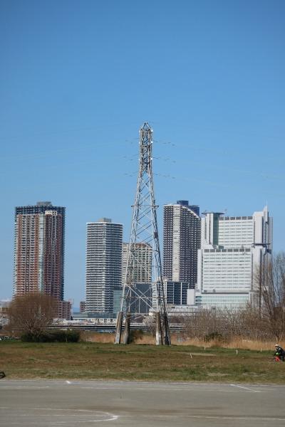 多摩川を渡る送電線の鉄塔