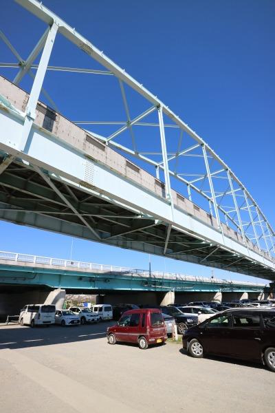多摩川大橋(奥)と「多摩川専用橋」(手前)