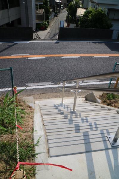 多摩沿線道路側からの階段
