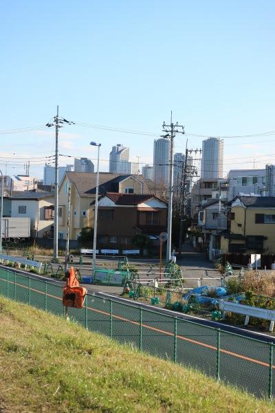 宮内新横浜線の接続部から見た武蔵小杉のタワーマンション