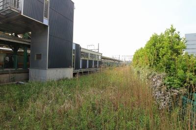向河原駅下りホーム脇の貨物線跡地
