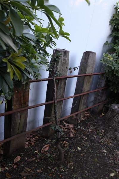 枕木を使った柵