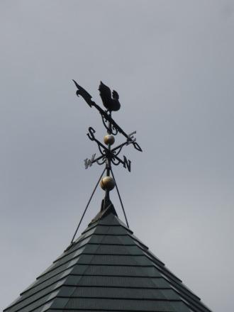 屋根の上の風見鶏
