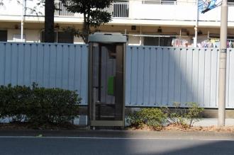 電話ボックスの撤去跡