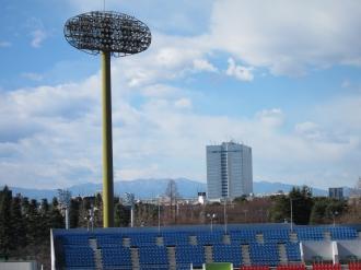 スタンドから見える富士通川崎工場本館