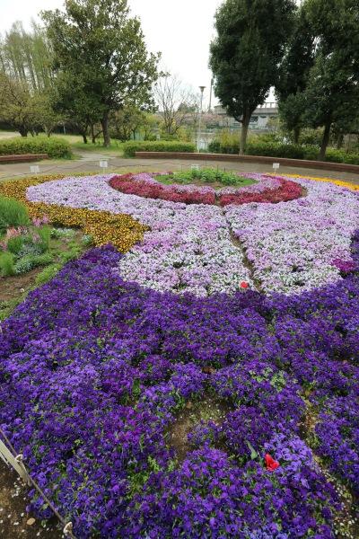 等々力緑地「花時計の会」による花壇