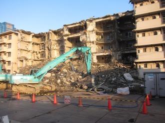 解体中の東棟