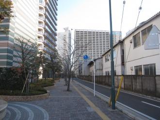 ミッドスカイタワー(左側)と東京機械製作所玉川製造所(右側)