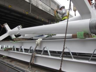 クレーンによる鉄骨の運搬