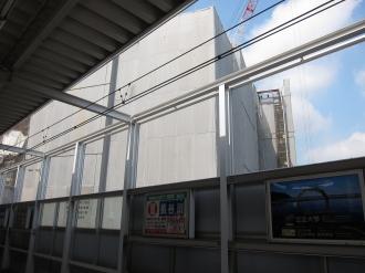 ホーム屋根の向こうに見えるエクラスタワー武蔵小杉