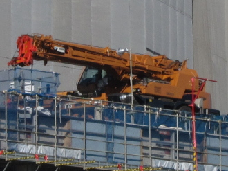 東急武蔵小杉駅人工地盤の上の重機