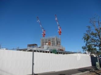 東急武蔵小杉駅ビル建設予定地と西街区のタワークレーン