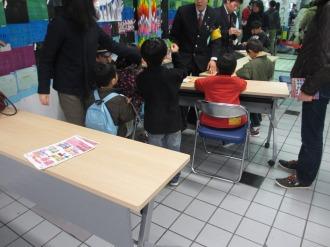 鶴を折る子どもたち