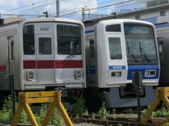 東武線車両(9000系)と西武線車両(6000系)