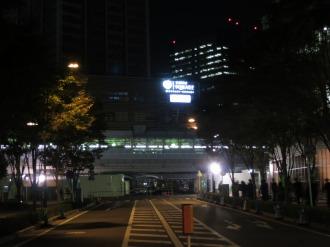 夜に輝く武蔵小杉東急スクエアの看板