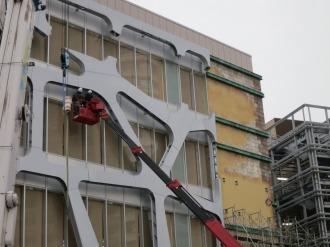 「KOSUGI PLAZA」南側の壁面装飾
