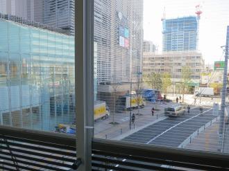 連絡通路のガラス面から見えるエクラスタワー武蔵小杉