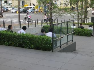 野村不動産武蔵小杉ビル前に座る方々