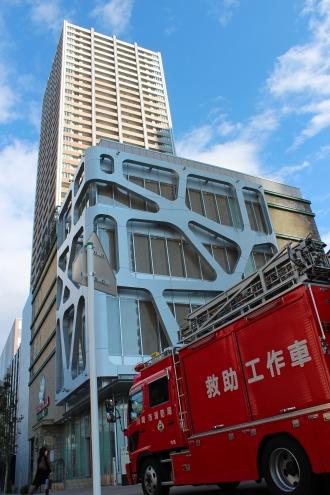 武蔵小杉駅南口地区西街区ビルに到着した救助工作車