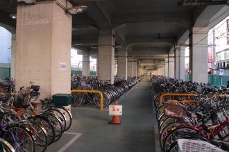 東急線高架下の駐輪場