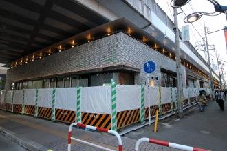 東急武蔵小杉駅南口高架下の商業施設・駐輪場