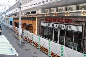 高架下に並ぶ5店舗