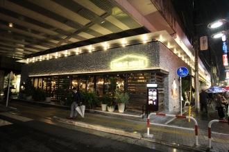武蔵小杉駅高架下の商業施設