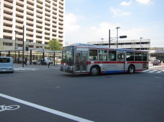 新駅前交差点を曲がる東急バス