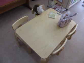 子供向けのテーブルと椅子