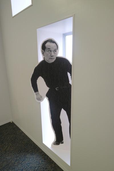 中原図書館の窓から覗き込む岡本太郎