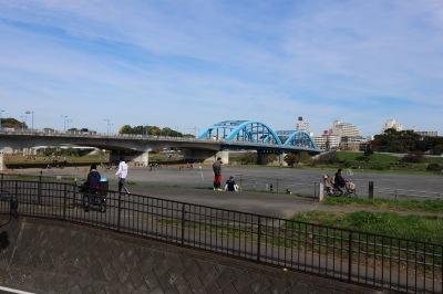 カウンターから見える多摩川河川敷と、丸子橋