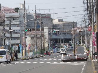 横浜市内の綱島街道(写真奥が日吉東急)