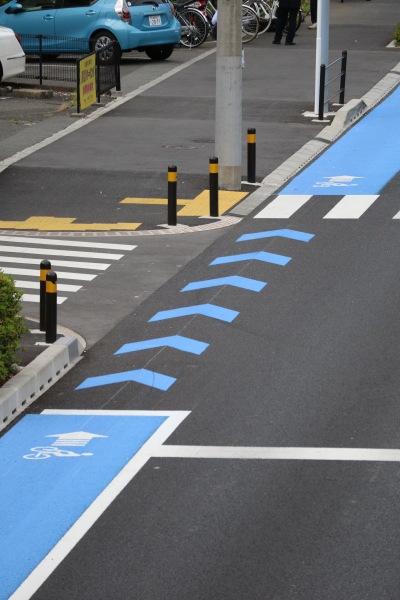 交差点での専用レーンの中断