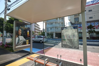 公告のある屋根付きバス停