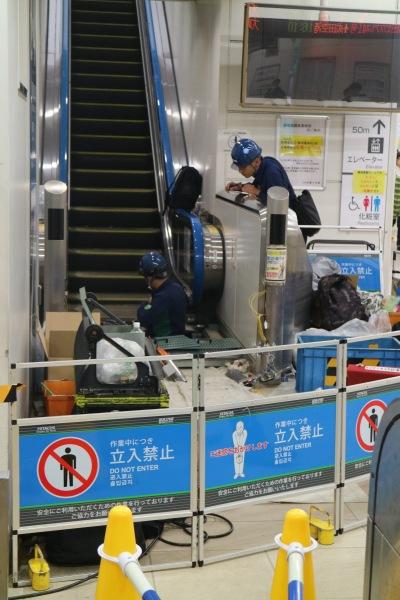 修理中のエスカレーター
